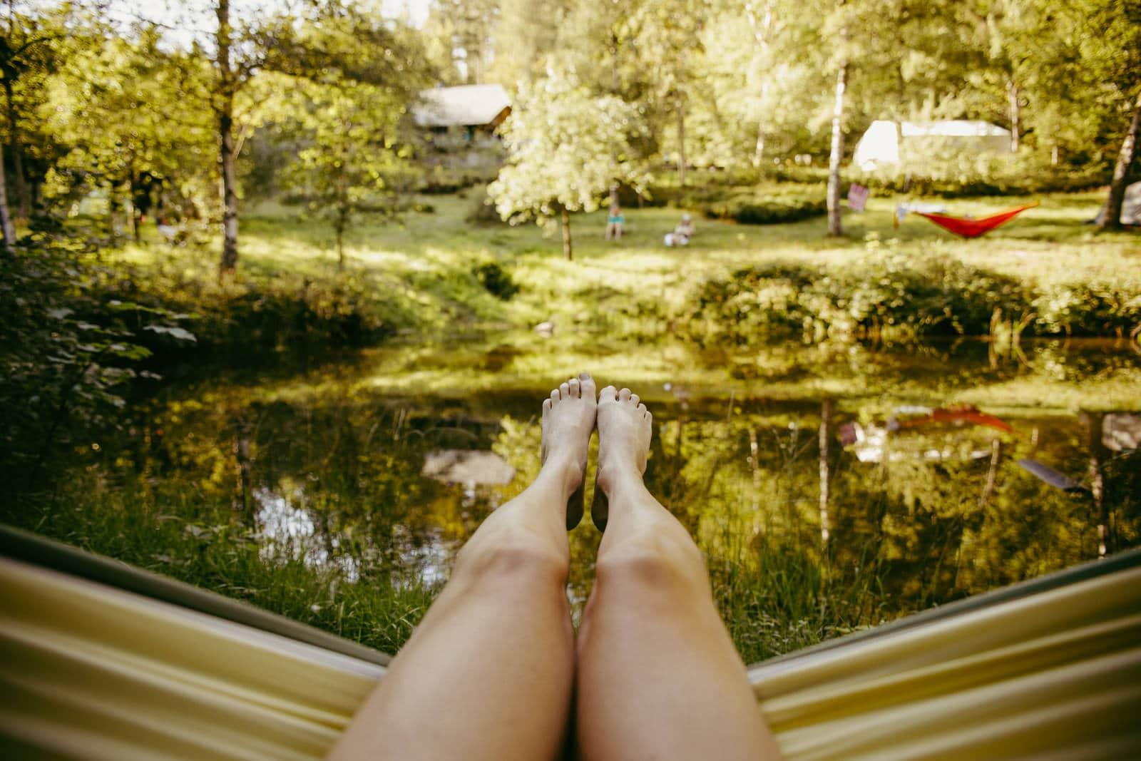 Blick aus der Hängematte über einen Badeteich im Schwarzwald im Sommer