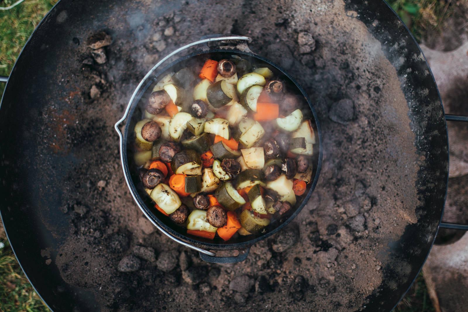 Gusseiserner Kochtopf mit Gemüse von oben