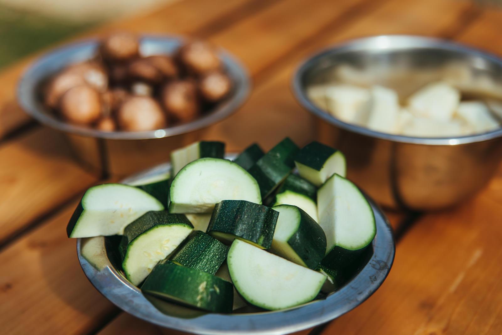 Schalen voll mit Zucchini, Champignons und Pastinake